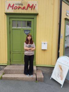 Mona Steffensen utenfor frisørsalongen sin i Etterstadgata på Vålerenga.